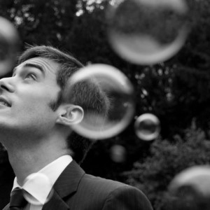 Le marié la tête dans les bulles