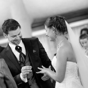 Le marié passe la bague au doigt de la mariée