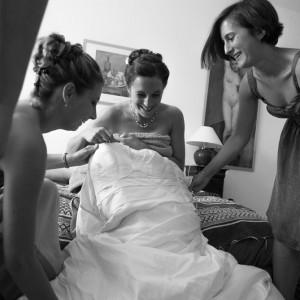 Préparation de la mariée avec ses demoiselles d'honneur