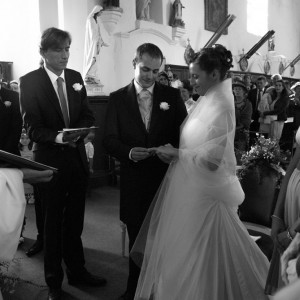 Echange d'alliance à l'église pour les mariés